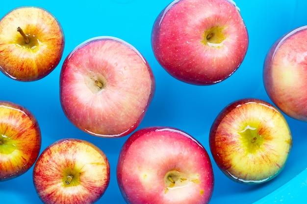 Verse appels in het water wassen