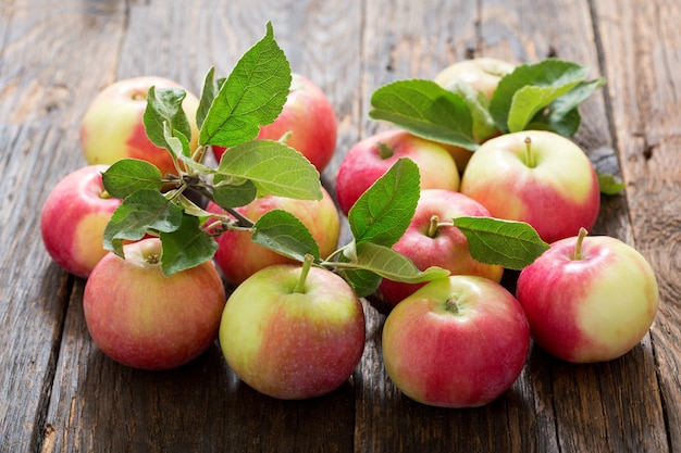 Verse appels met bladeren op houten tafel