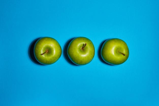 Verse appels op blauwe achtergrond