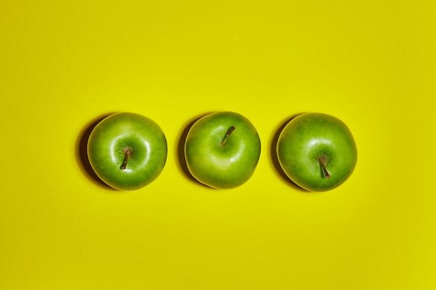 Verse appels op gele achtergrond