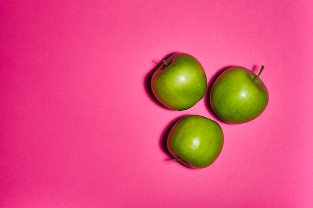 Verse appels op roze achtergrond