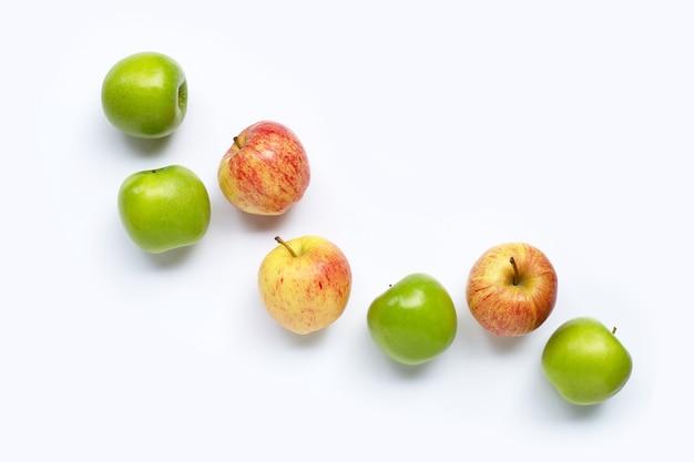 Verse appels op witte achtergrond. bovenaanzicht