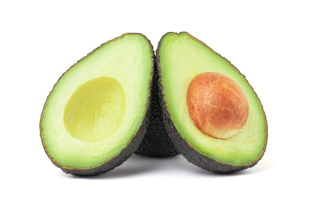 Verse avocado geïsoleerd op een witte achtergrond met uitknippad