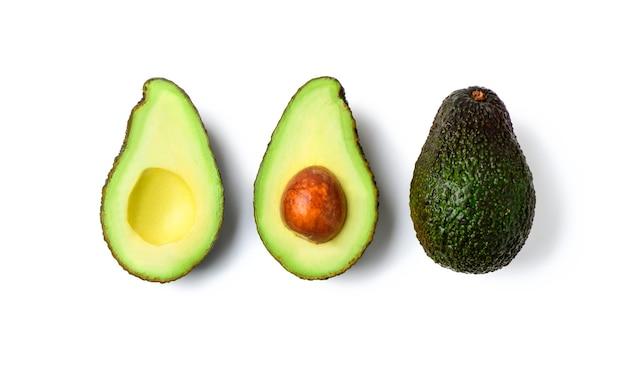 Verse avocado geïsoleerd op een witte achtergrond