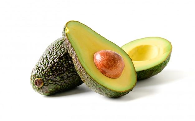 Verse avocado. gesneden avocadofruit dat op wit wordt geïsoleerd