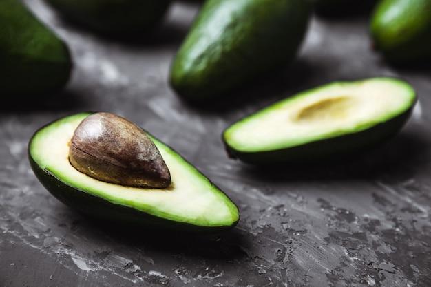 Verse avocado op donkere ondergrond. vegetarisch voedselconcept. bovenaanzicht.