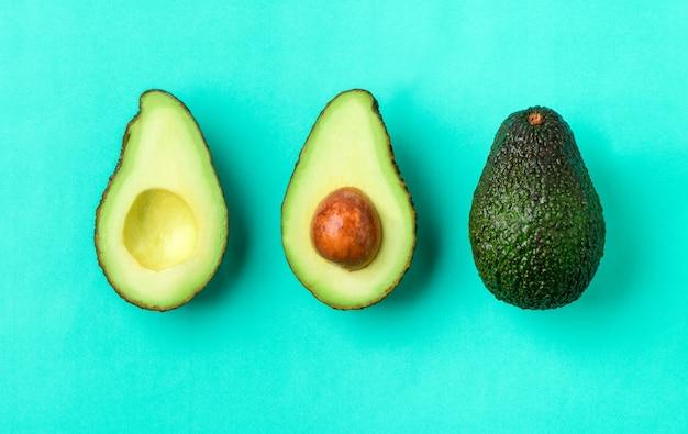 Verse avocado op een groene achtergrond