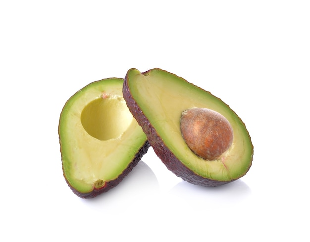 Verse avocado op witte achtergrond