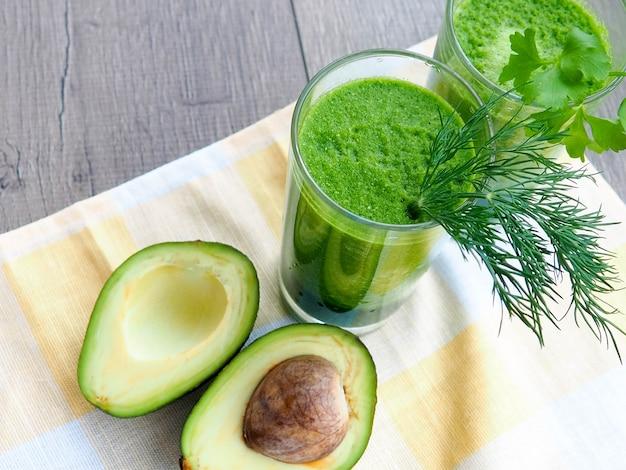 Verse avocado smoothie op grijs
