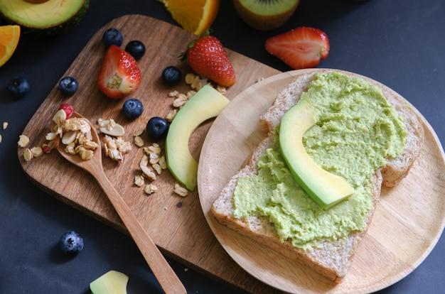 Verse avocadoroom of guacamole op stokbrood
