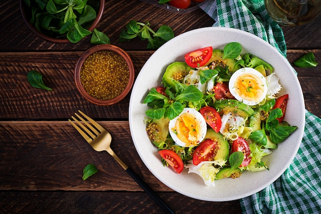 Verse avocadosalade met tomaat, avocado, gekookte eieren en verse sla