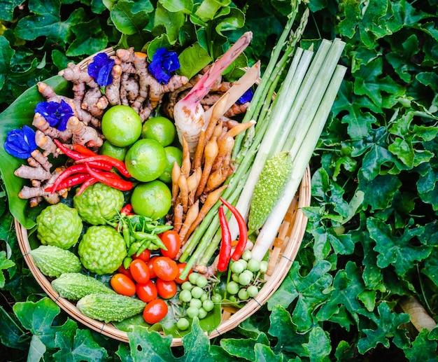 Verse aziatische kruiden en pittige ingrediënten eten in bamboemand