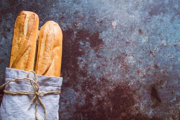Verse baguette op geroeste lijst met exemplaarruimte