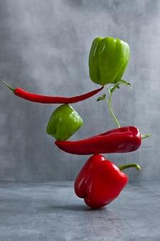 Verse balancerende paprika's op tafel. evenwicht drijvende voedselbalans.