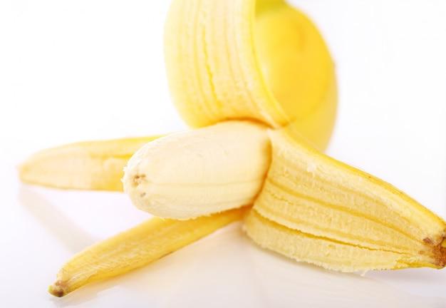 Verse banaan geïsoleerd op wit