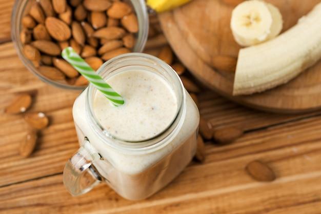Verse banaan smoothie op een houten tafel in een pot