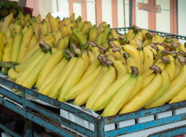 Verse bananen zijn klaar voor verkoop op de fruitstalletjes op de markt.