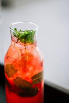 Verse bessen limonade in een glazen pot met munt