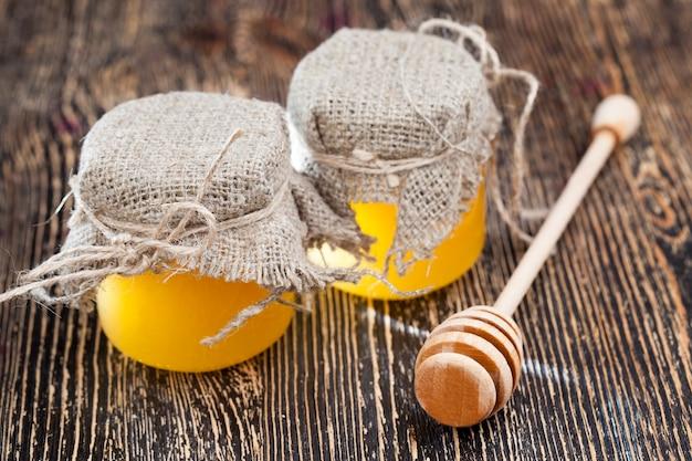 Verse bijenhoning verpakt in glazen potten