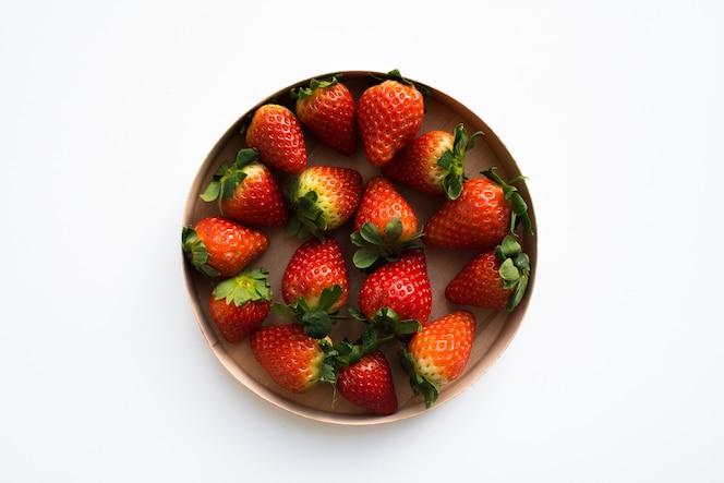 verse biologische aardbeien in een ronde houten doos, bovenaanzicht