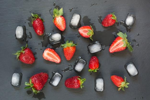 Verse biologische aardbeien op zwarte achtergrond.