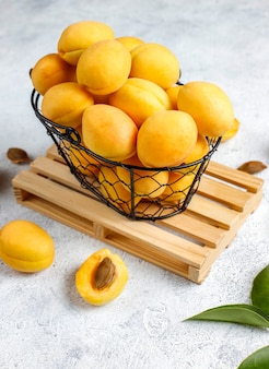 Verse biologische abrikozen, zomerfruit, bovenaanzicht