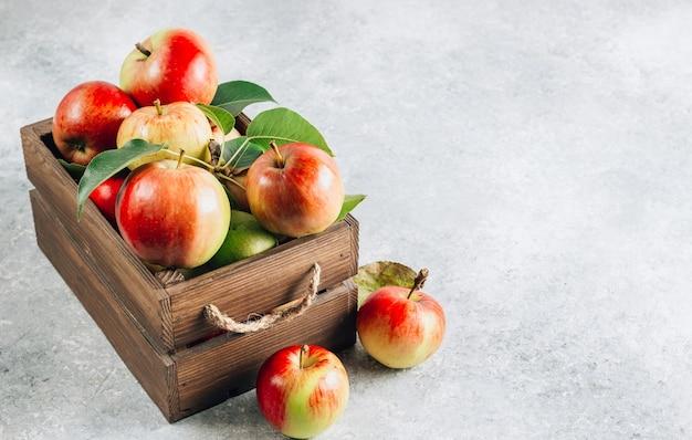 Verse biologische groene en rode appels in de houten doos