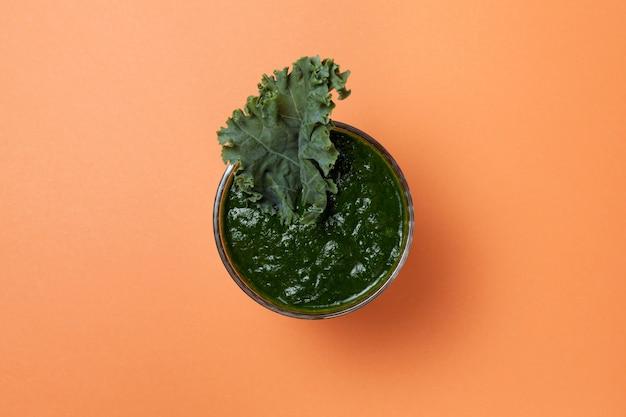 Verse biologische groene smoothie met spinazie, komkommer en boerenkoolblaadjes.