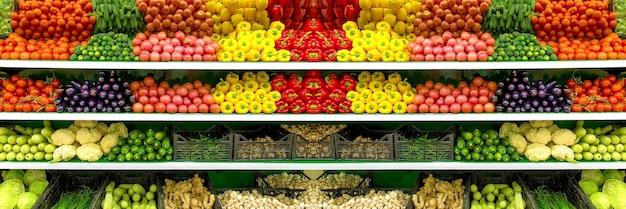 Verse biologische groenten en fruit op de plank in de supermarkt, boerenmarkt. gezond voedselconcept. vitamines en mineralen. tomaten, paprika, komkommers, champignons, courgette