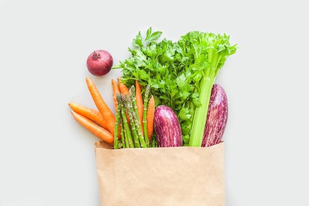 Verse biologische groenten in eco-ambachtelijke papieren boodschappentas