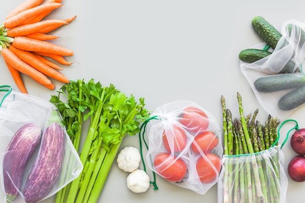 Verse biologische groenten in eco herbruikbare producten boodschappentassen plat leggen, bovenaanzicht