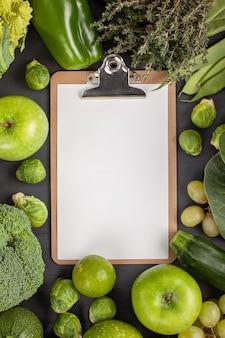 Verse biologische groenten in groene kleur.