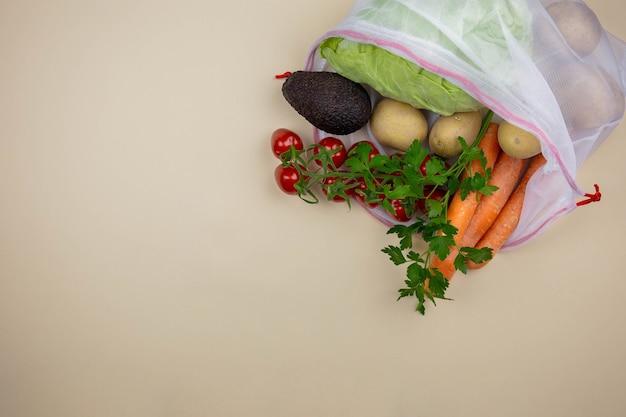 Verse biologische groenten in herbruikbare stoffen boodschappentas. geen afval en milieuvriendelijk concept.