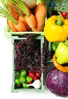 Verse biologische groenten in houten kisten