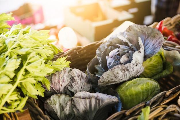 Verse biologische groenten op boerenmarkt