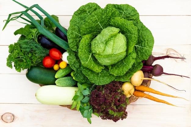 Verse biologische groenten op een houten tafel