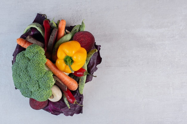 Verse biologische groenten op stenen tafel. hoge kwaliteit foto