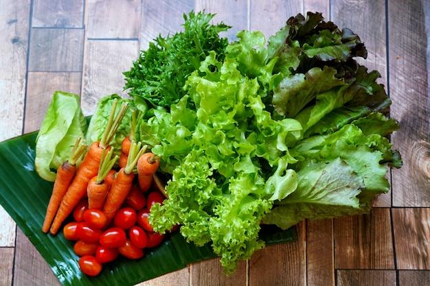 Verse biologische groenten zoals chinese witte kool wortel rood en groene sla tomaat