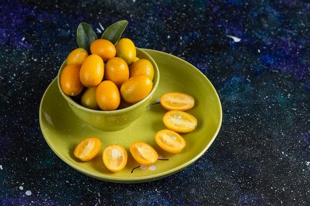 Verse biologische kumquats geheel of half gesneden