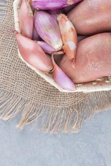 Verse biologische rode aardappelen en uien.
