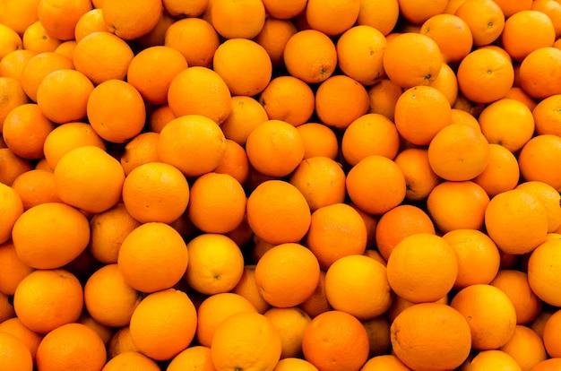 Verse biologische sinaasappelen verkocht op de markt