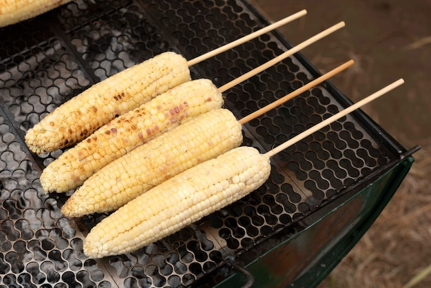 Verse biologische suikermaïs gegrild op de grill