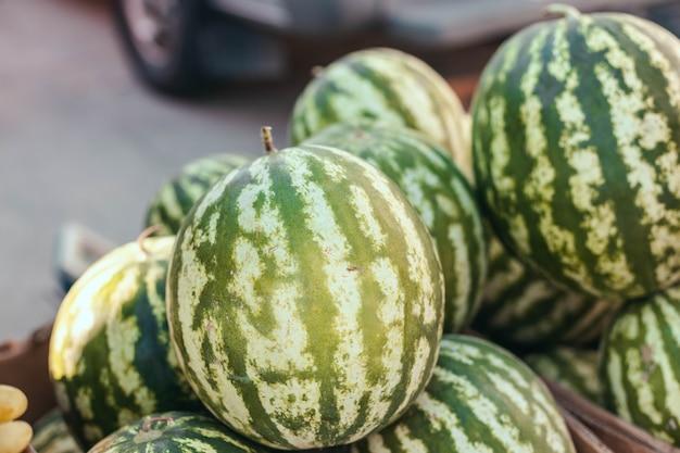 Verse biologische watermeloen groenten bij supermarkt lokale producten verse biologische gezonde groenten