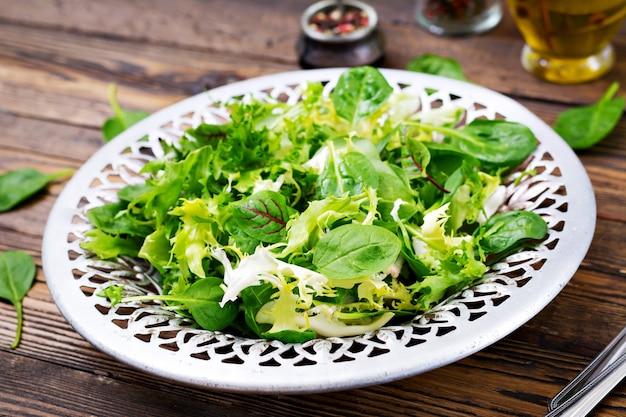 Verse bladeren van mix salade in een kom