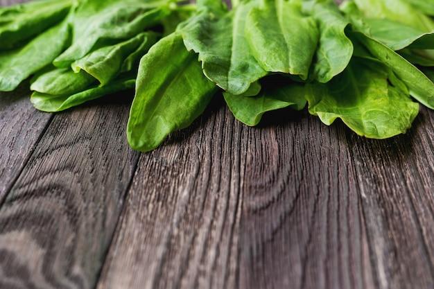 Verse bladeren van zuring op houten tafel