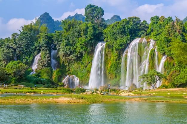 Verse blauwe natuurkust waterval rivier