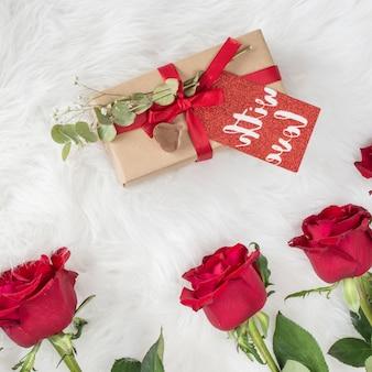 Verse bloemen en cadeau met tag op wollen coverlet