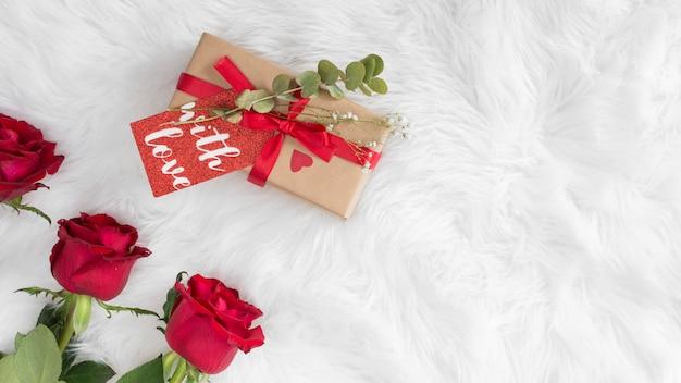 Verse bloemen en cadeau met tag op wollen deken