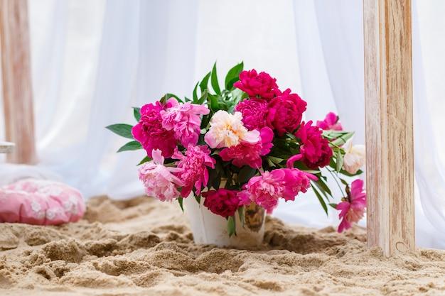 Verse bloemen op het strand