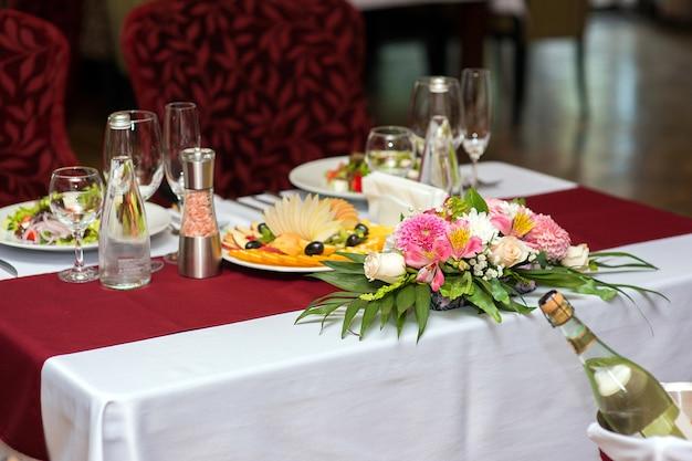 Verse bloemendecoratie op de tafel in een restaurant